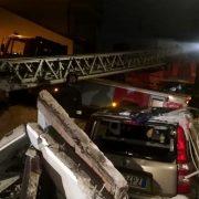 Brevi Pescara: paura in via Olpeta, un balcone crolla e distrugge un'auto, tragedia sfiorata