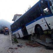 Autobus TUA contro un albero a Spoltore, 30 studenti feriti, grave una ragazza di 17 anni
