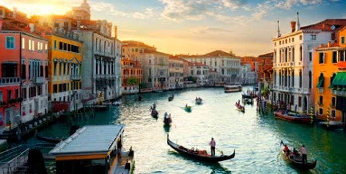 """Venezia, dopo l'alluvione il Covid: cosa accadrà alla """"città/turismo"""" italiana?"""