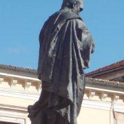 Sulmona piazza XX: Publio Ovidio Nasone si fa trovare di spalle