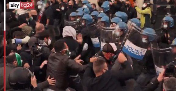 PRIMI RISVEGLI: oggi anche l'Italia in piazza contro le restrizioni anticovid. A Roma la polizia carica i manifestanti